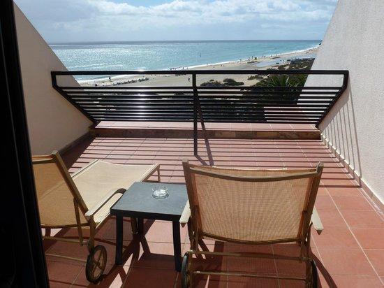 SBH Crystal Beach Hotel & Suites : Schöner Balkon mit Liegestühlen