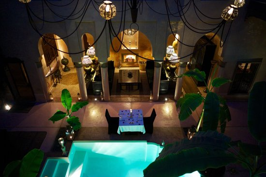 Riad Noir d'Ivoire: Inside the Riad. Dinner by the small pool.