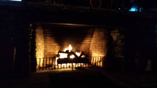 Cherokee Grill: Seat right in front of the fire place!