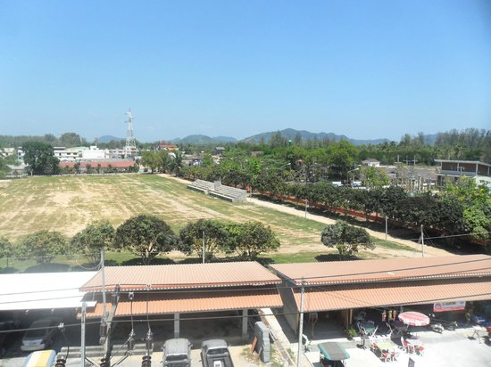 Lanta Residence & Spa: view from pool (school grounds)