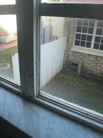 Washington Park Hotel: pas moyen d'ouvrir la fenêtre qui en plus n'est pas propre(les joints)