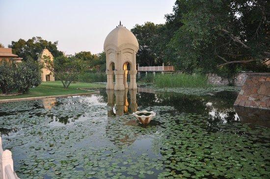 The Oberoi Rajvilas : bassin pres du temple