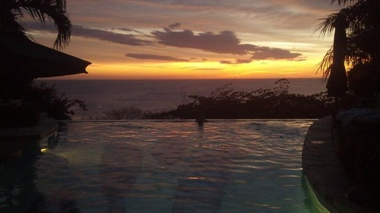 Orquidea del Sur: Sunset viewing from the infinity pool