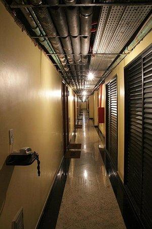 Capri Hotel : Corridor to the rooms.
