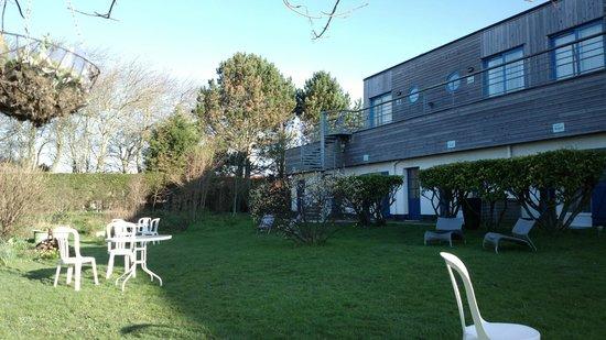 Hotel Des Argousiers : Hôtel et petit jardin