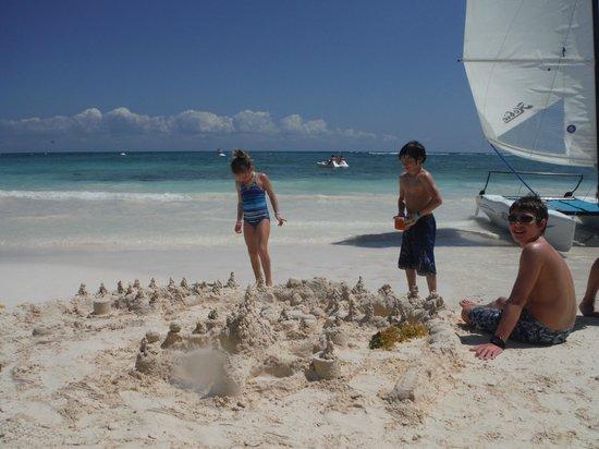 Grand Palladium Kantenah Resort and Spa: perfect white fine sand to build castles