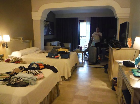 Grand Palladium Kantenah Resort and Spa: spacious rooms for 3 kids 2 adults - Junior suite