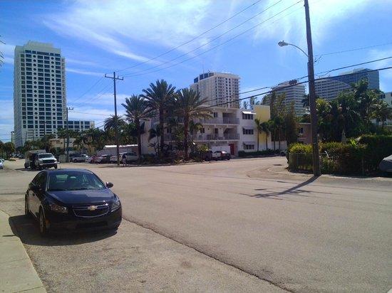 Winterset Hotel: rue de l'hôtel avec parking non payant