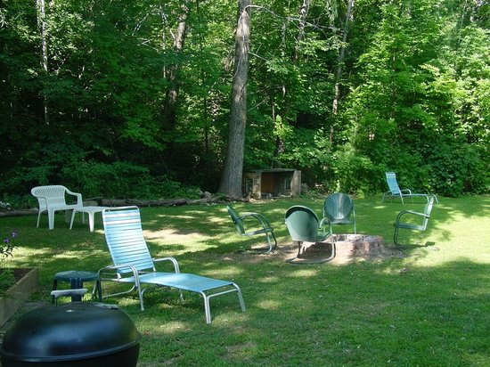 Adirondack Sunrise Motel & Cabins: fire pit by seven and eight