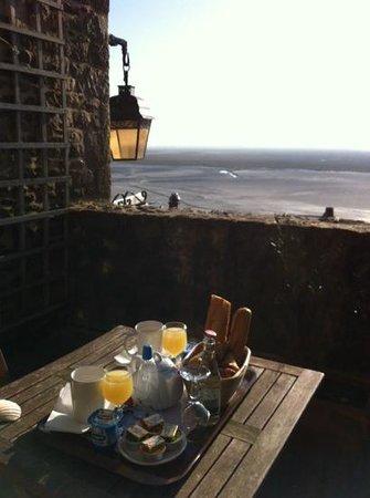 Auberge Saint Pierre: le petit dej sur la terrasse mérite le détour!
