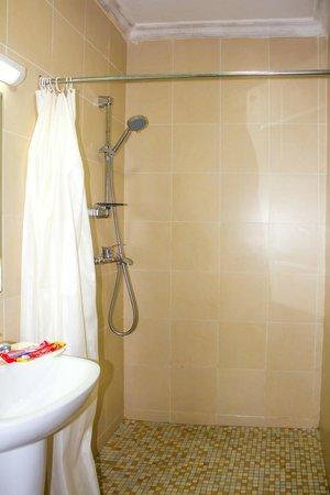 ABC Travellers Hotel: Bath room