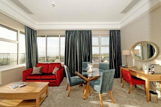 Radisson Blu Hotel & Spa, Sligo: Shiny curtains / shiny sofa