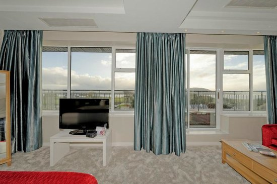 Radisson Blu Hotel & Spa, Sligo: View from the bed / shiny curtains