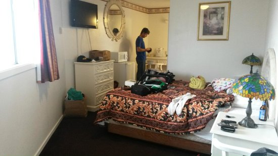 Oceanside Inn & Suites: Our room. Wish the mirror was lower so I could see myself.