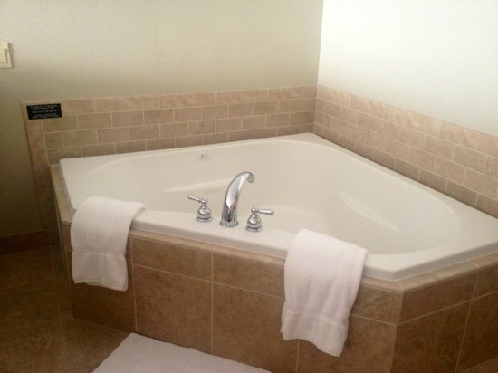 Looking Glass Inn: Whirpool Tub