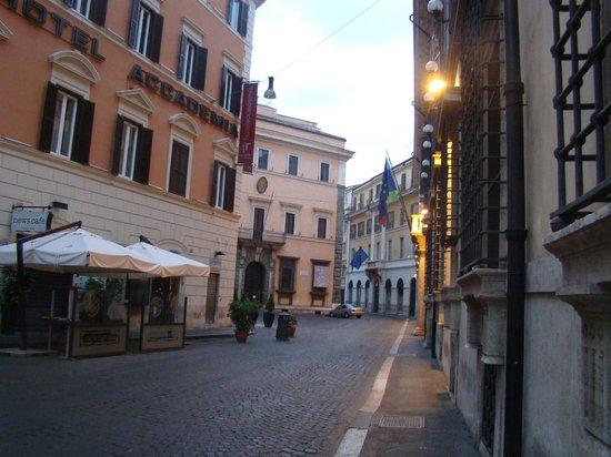 Accademia Hotel: piazzeta que rodea al hotel