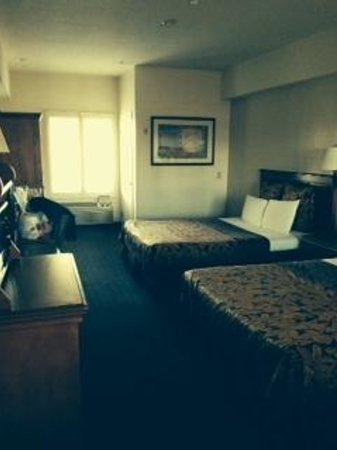 Anaheim Desert Inn and Suites: 2 queen beds, bath, dining area, fridge & microwave
