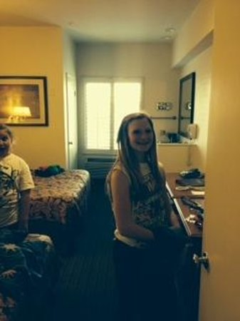Anaheim Desert Inn and Suites: 2 queen beds, bath, and desk area.