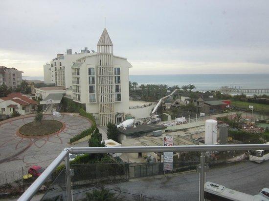 Sunconnect Sea World Resort & Spa: Toupie (béton) à 7h15 2 fois dans le semaine