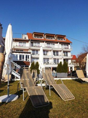 Berlins Hotel KroneLamm: Blick vom Pool zu einem Teil des Hotels