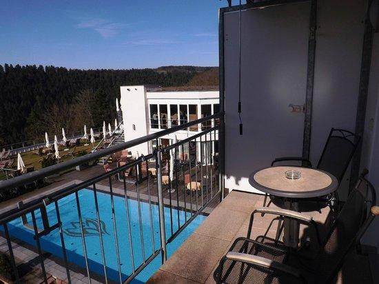 Berlins Hotel KroneLamm: Balkon mit Blick auf den Außenpool und das Tal