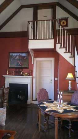 Hillbrook Inn : Locke's Nest Entrance is Above