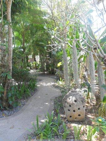 Bangtao Kanita House: garden