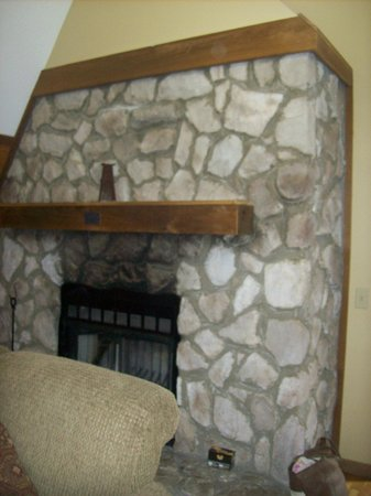 Chalets in Hocking Hills: fireplace