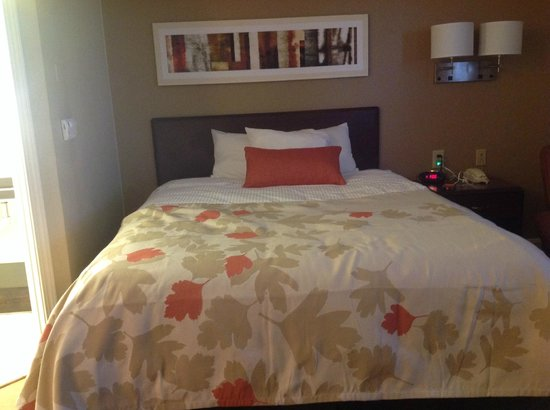 Hawthorn Suites by Wyndham Louisville/jeffersontown : The bed