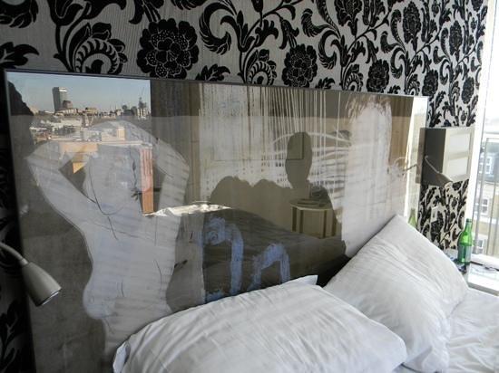 H10 London Waterloo: Reflets dans la sublime tête de lit ...