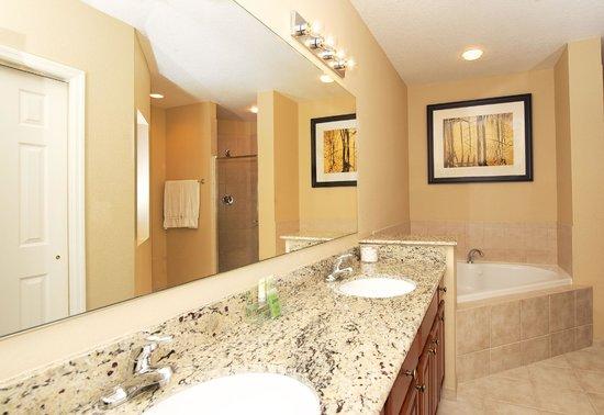 WorldQuest Orlando Resort: Bathroom