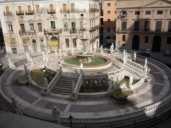 Fontana della Vergogna (Fontana Pretoria): La fontana vista dalle finestre del Palazzo Comunale