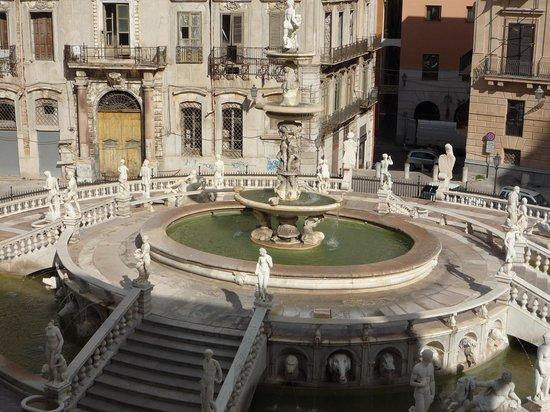 Fontana della Vergogna (Fontana Pretoria) : A sinistra si vede la statua di Diana acefala per mano vandalica