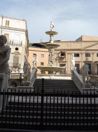Fontana della Vergogna (Fontana Pretoria): lo stelo nella fontana che culmina con la figura di Bacco