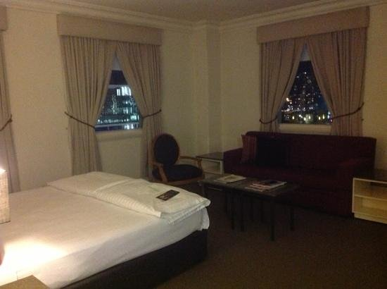 Vibe Savoy Hotel Melbourne : upgraded room overlooking station