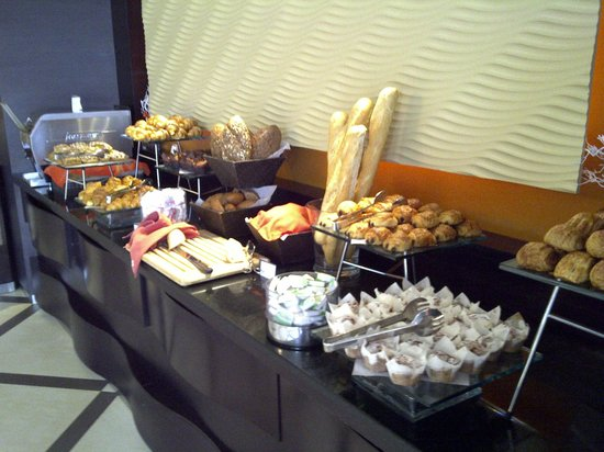 Le Meridien Al Aqah Beach Resort: Выпечка и хлеб.