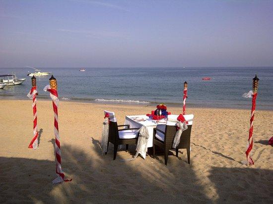 Le Meridien Al Aqah Beach Resort: Ужин на пляже.