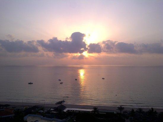 Le Meridien Al Aqah Beach Resort: Рассвет.