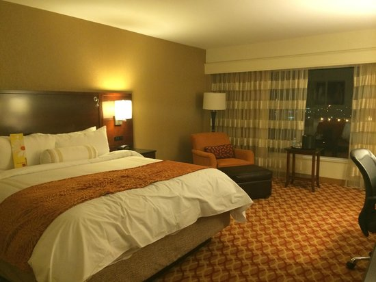 Louisville Marriott East: room