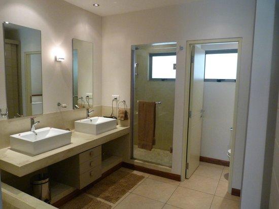 Bon Azur Beachfront Suites & Penthouses by LOV : Une salle de bain