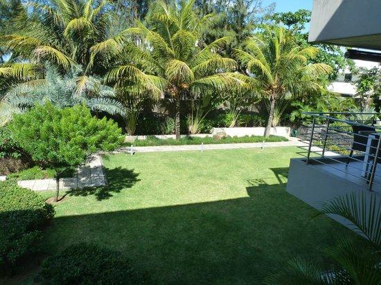 Bon Azur Beachfront Suites & Penthouses by LOV: Vue sur le jardin