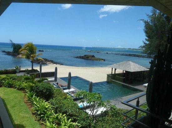 Bon Azur Beachfront Suites & Penthouses by LOV: Vue sur la piscine et la mer