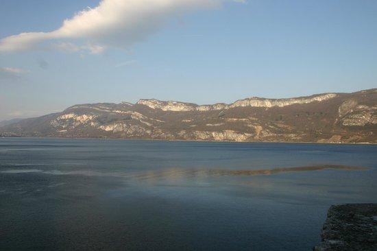 Saint-Pierre-de-Curtille, France : il lago visto dall'Abbazia