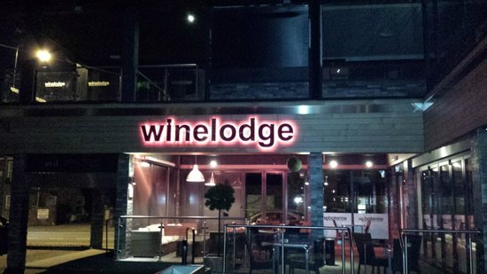 Winelodge Suites: Open air entrance to bar