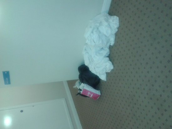 Travelodge Dublin Airport South Hotel : Dirty linen and rubbish in corridor at 2 am