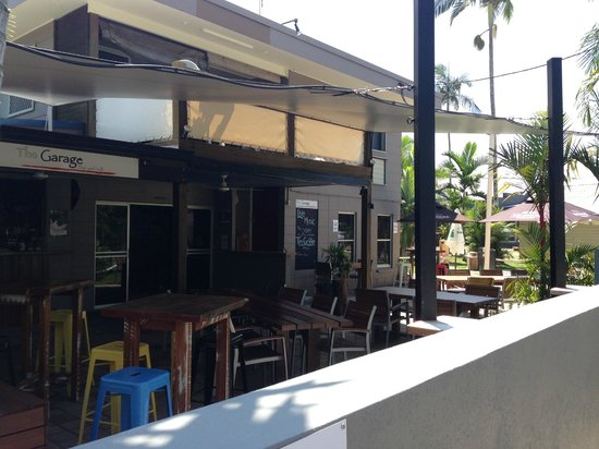 The Garage Bar & Grill: Outdoor dining