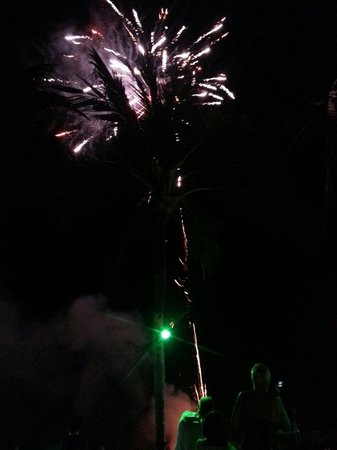 Blu' Beach Bungalows: Fireworks after Petes buffet