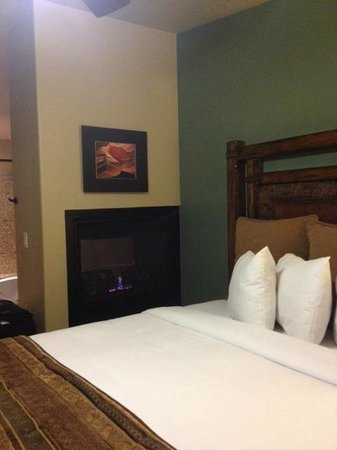 Cable Mountain Lodge: Gas fireplace visible from bed and bath.