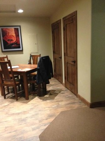 Cable Mountain Lodge: Judy Ann Suite dining area.
