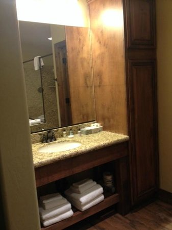 Cable Mountain Lodge: Double Sinks